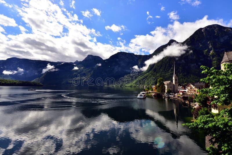 Paysage des montagnes, du lac et des maisons dans Hallstatt image libre de droits