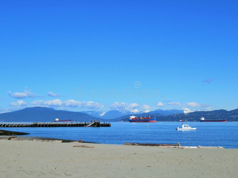 Paysage des montagnes et de la mer de Northshore chez Jericho Beach, Vancouver, avril 2018 photographie stock
