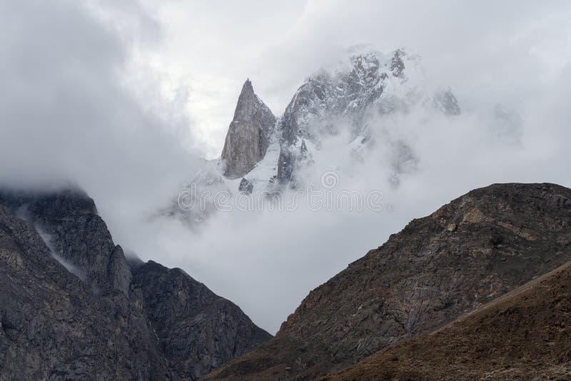 Paysage des montagnes pendant le matin avec le brouillard et de l'environnement nuageux pendant le matin, et sommet de crête de m image libre de droits