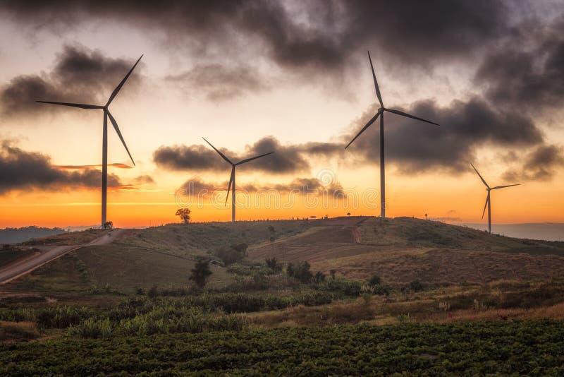 Paysage des moulins à vent de Khao Kho de coucher du soleil dans Phetchabun, Thaïlande images libres de droits
