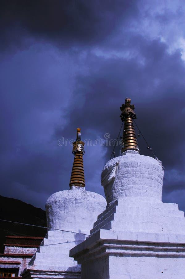 Paysage des pagodas blanches dans un lamasery images libres de droits
