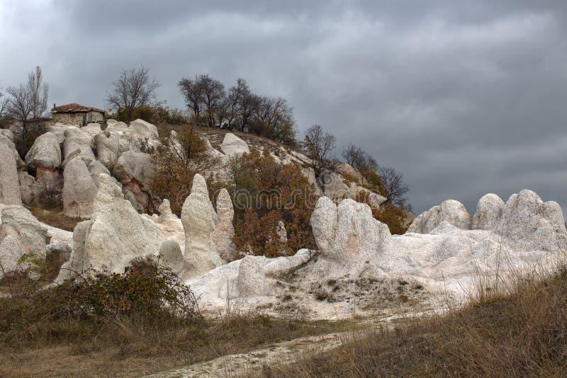 """Paysage du point de repère de roche """"de mariage en pierre """"sous un ciel orageux photos libres de droits"""