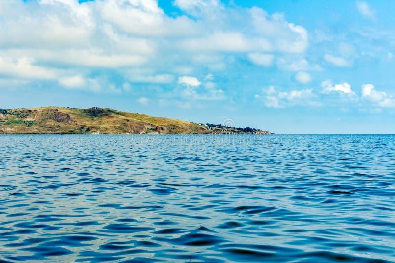 Paysage du rivage à l'arrière-plan contre la mer bleue image stock