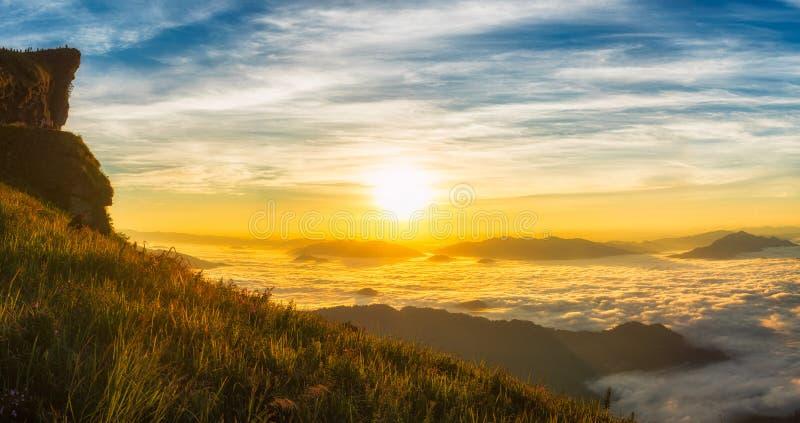 Paysage du soleil léger de matin avec le brouillard sur le Chi fa de Phu en Chiang Rai, Thaïlande photographie stock libre de droits