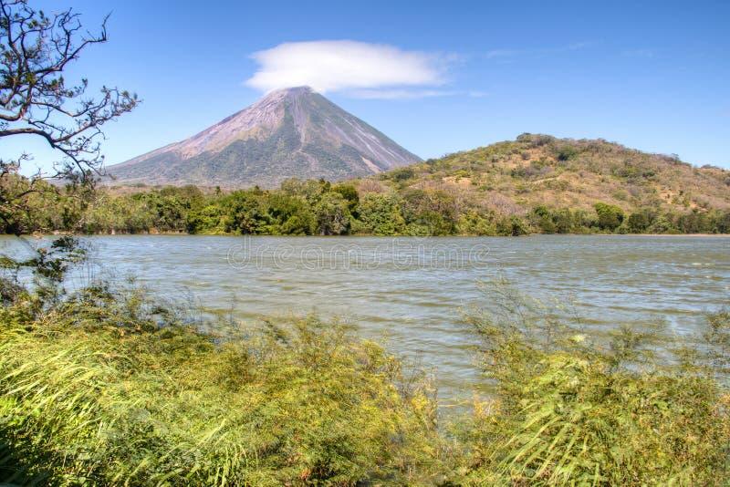 Paysage en île d'Ometepe avec le volcan de Concepcion images libres de droits