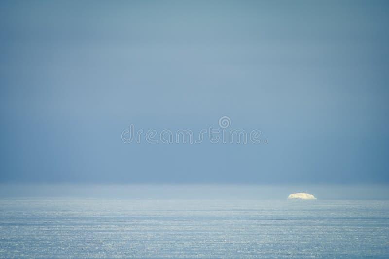 Paysage en pastel d'hiver de mer baltique avec le fragment de flottement de glace, minimalisme photographie stock