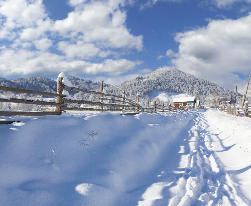 Paysage ensoleillé dans le village de montagne. Matin d'hiver. image libre de droits
