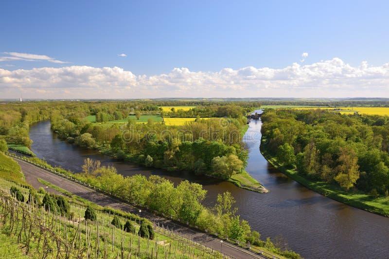 Paysage ensoleillé tchèque de ressort avec le confluent du canal de rivière de Vltava et d'expédition de Vranansko-Horinsky dans  photos stock