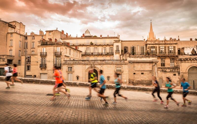 Paysage et coureurs de ville de Frances de Montpellier vieux photo stock