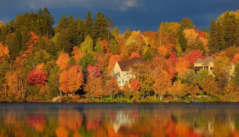 Paysage et réflexion d'automne photo libre de droits