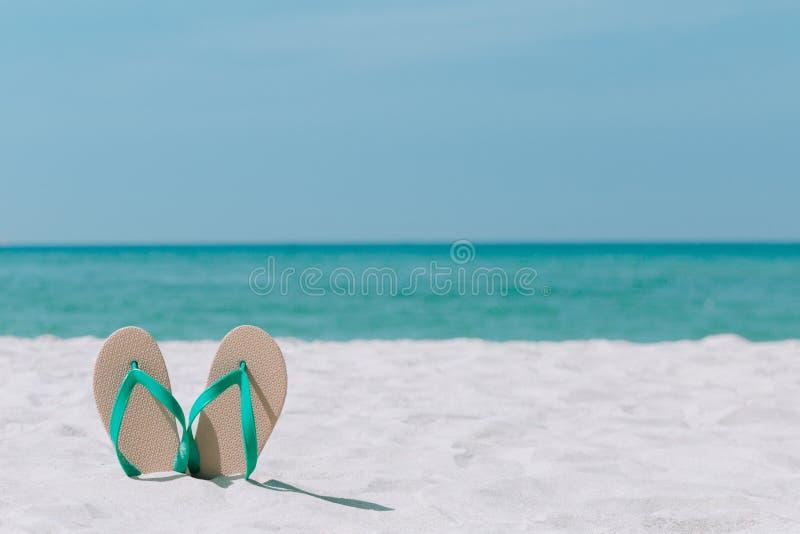 Paysage et sandales d'océan sur la plage Été bienvenu photographie stock