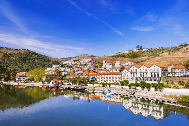 Paysage et vignobles en vallée de Douro avec le village de Pinhao, Portugal photos stock
