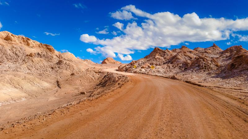 Paysage extrême, chemin de terre dans la vallée de lune, chez San Pedro de Atacama, le Chili photo stock