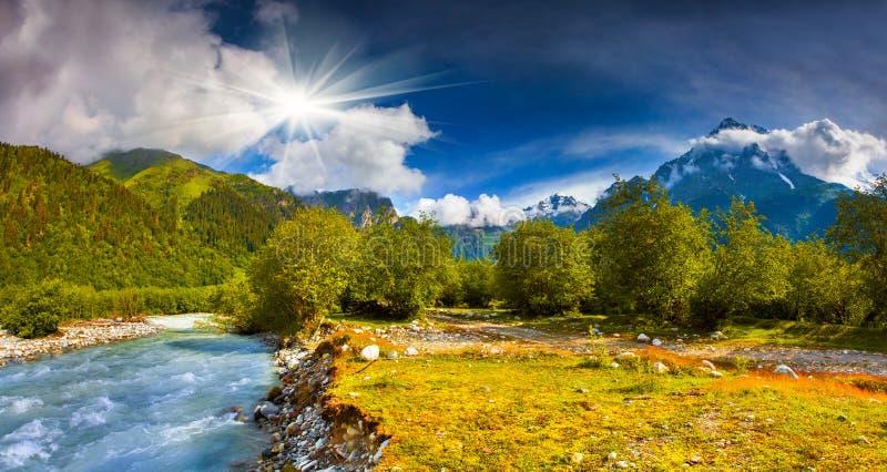 Paysage fantastique avec une rivière bleue photographie stock libre de droits