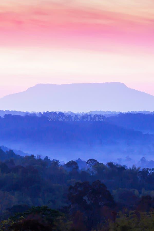 Paysage fantastique de gamme de montagne le matin, les nuages colorés renversants et le ciel de lever de soleil image stock