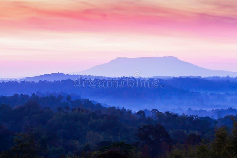 Paysage fantastique de gamme de montagne le matin, les nuages colorés renversants et le ciel de lever de soleil photo stock