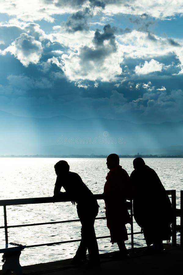 Paysage fantastique de vue de lac au cr?puscule, les nuages abstraits et le rayon de soleil brillant sur le lac et les montagnes  image stock