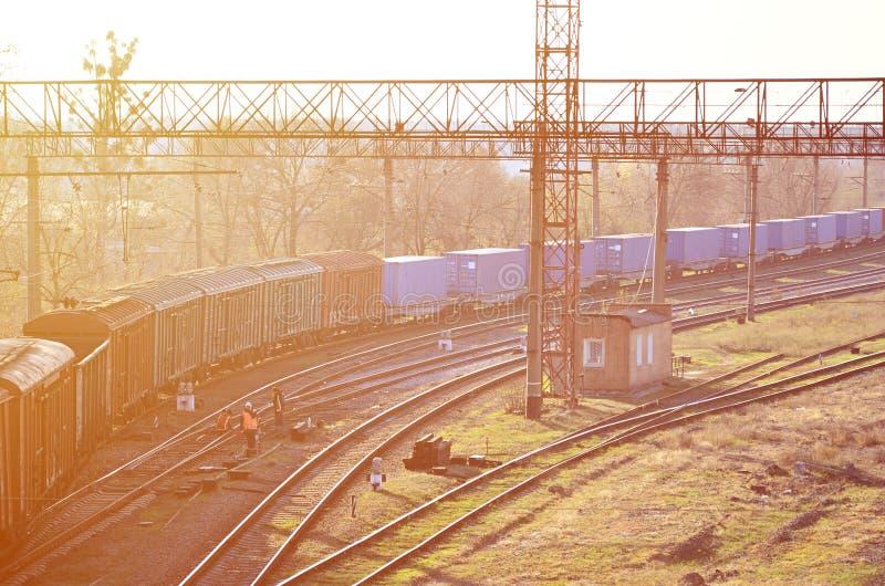 Paysage ferroviaire avec beaucoup de vieilles voitures de fret de chemin de fer sur les rails Jour ensoleillé classique sur le ra photos stock