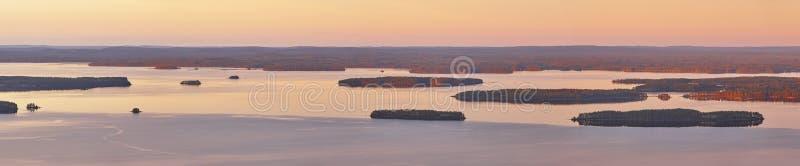 Paysage finlandais panoramique au coucher du soleil Lac Pielinien Vue de Koli images stock