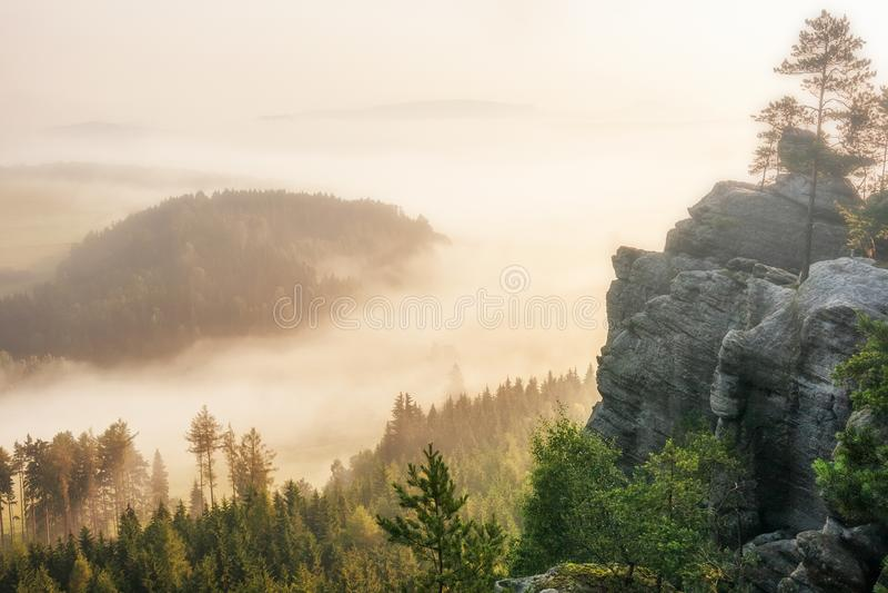 Paysage flou de matin sous la colline croisée dans Adrspach photo stock