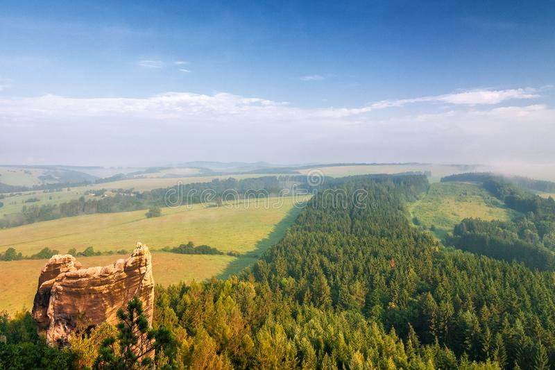 Paysage flou de matin sous la colline croisée dans Adrspach photos libres de droits