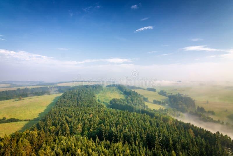 Paysage flou de matin sous la colline croisée dans Adrspach photos stock