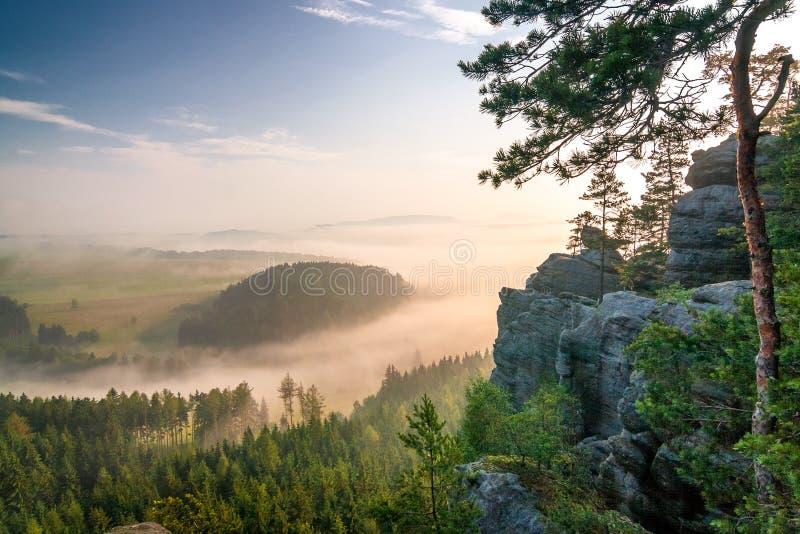 Paysage flou de matin sous la colline croisée dans Adrspach photographie stock libre de droits