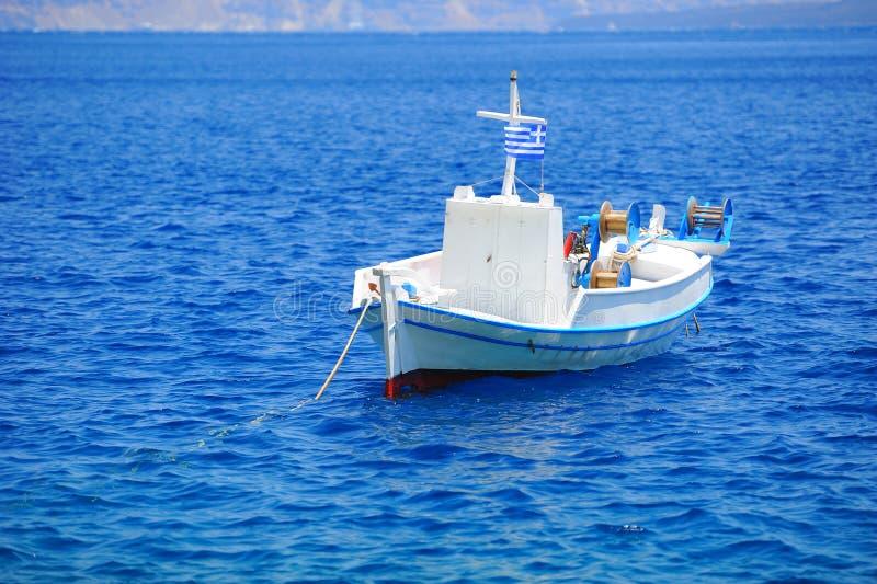 Paysage grec avec un bateau de pêche blanc photo stock