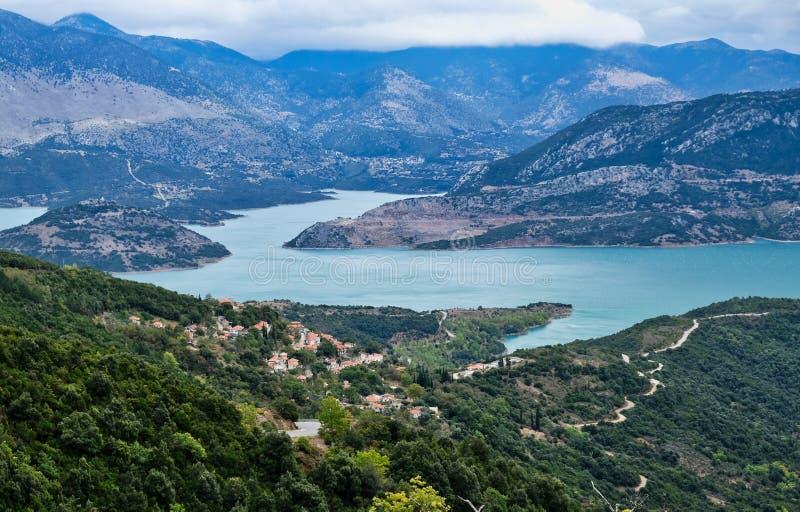 Paysage grec de montagne avec le lac bleu, Grèce image stock