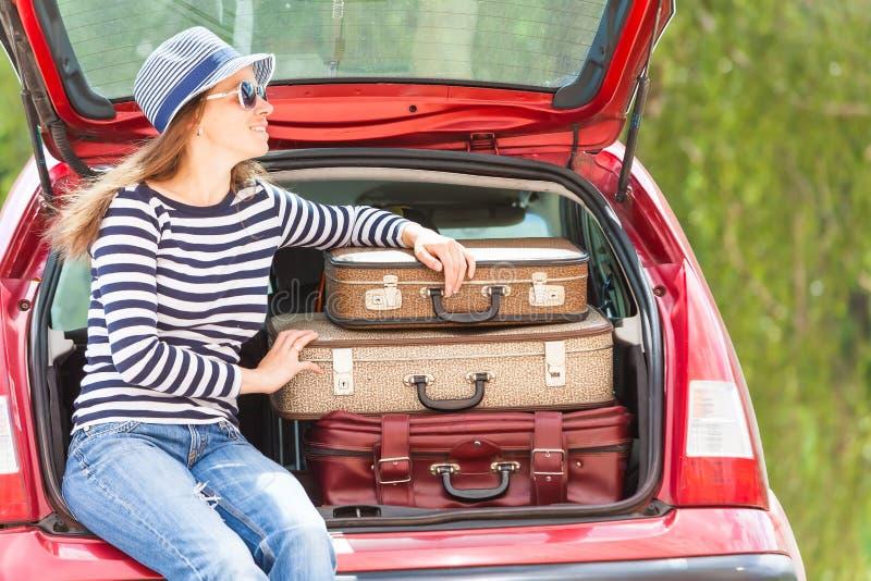 Paysage heureux d'été de voiture de valises de voyage d'enfant de fille image libre de droits