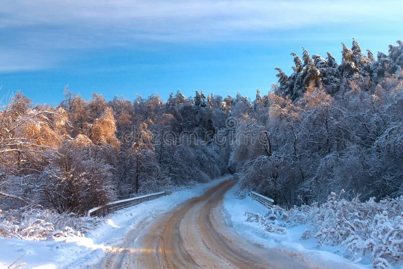 Paysage hivernal d'horizontal avec la voie modifiée de ski de pays en travers photographie stock libre de droits