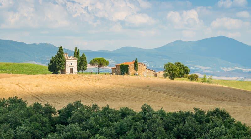 """Paysage idyllique avec la chapelle célèbre de Vitaleta, en Val d """"Orcia, dans la région italienne de la Toscane images stock"""