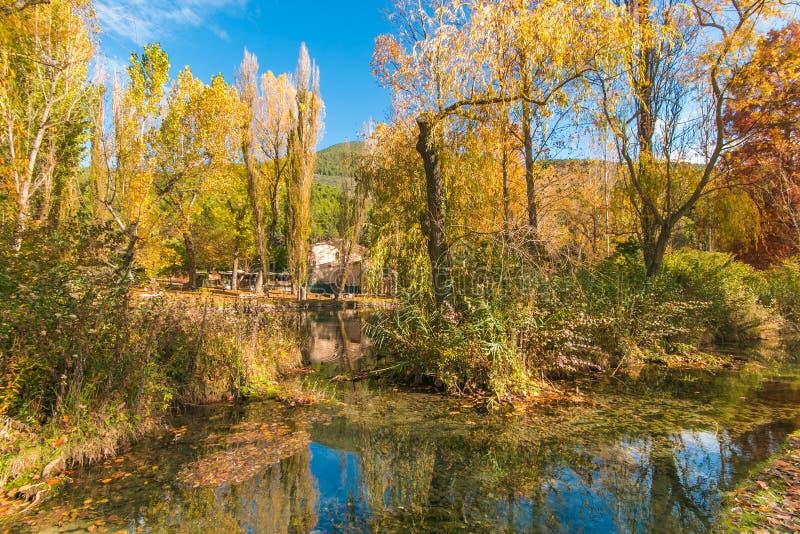 Paysage idyllique avec petit lac en Ombrie pendant la saison d'automne photos libres de droits