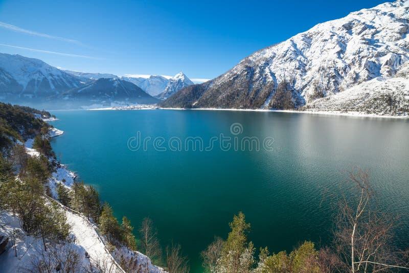 Paysage idyllique de neige avec le lac de montagne dans les Alpes images libres de droits