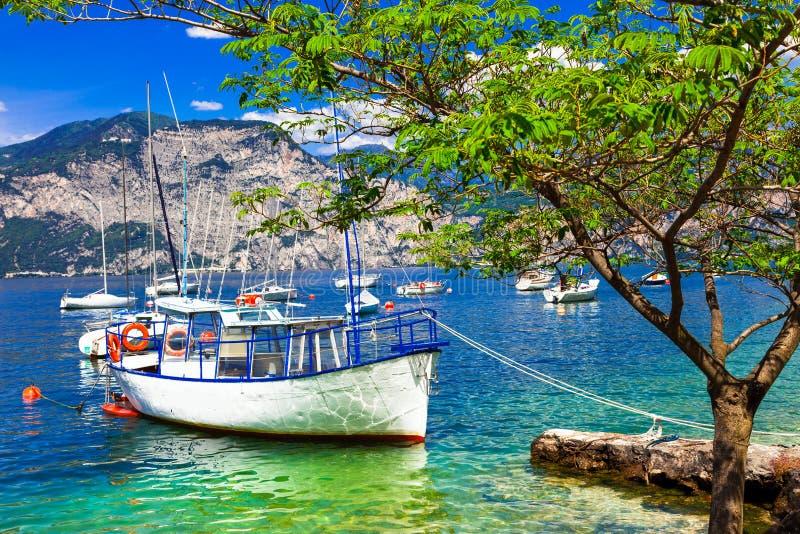 Paysage imagé avec des bateaux dans le beau lac Lago di Garda Il photographie stock libre de droits