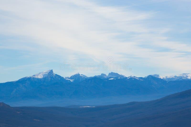 Paysage imagé stupéfiant des montagnes couvertes de neige sous le ciel bleu illimité photographie stock libre de droits
