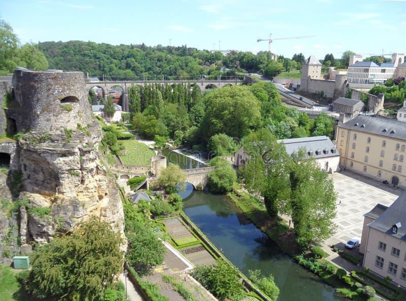 Paysage impressionnant de la ville inférieure, site de patrimoine mondial de l'UNESCO de la ville du Luxembourg image libre de droits