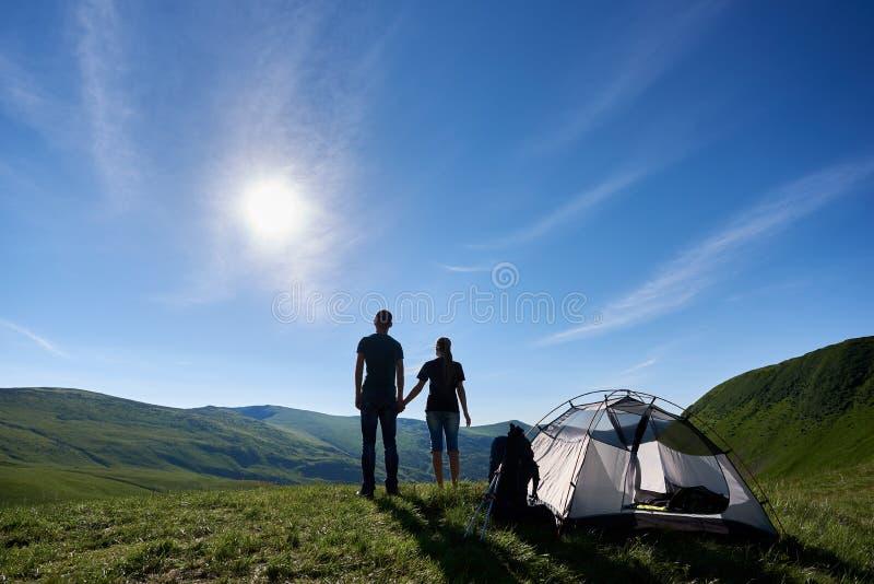 Paysage incroyable des montagnes carpathiennes sous le ciel bleu avec le soleil lumineux d'été Vue arrière de jeunes couples photo stock
