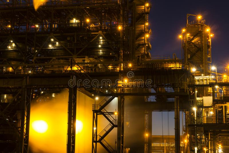 Paysage industriel de nuit image stock