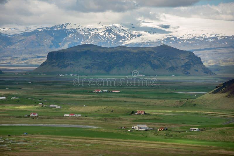 Paysage islandais avec l'arête volcanique de lave, montagnes de glacier photos libres de droits