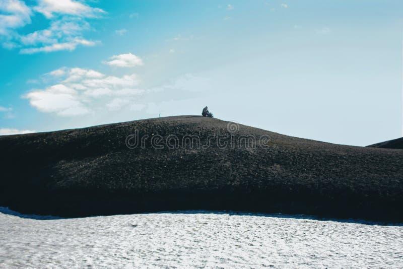Paysage islandais de montagne avec le seul homme dans Landmannalaugar photographie stock libre de droits