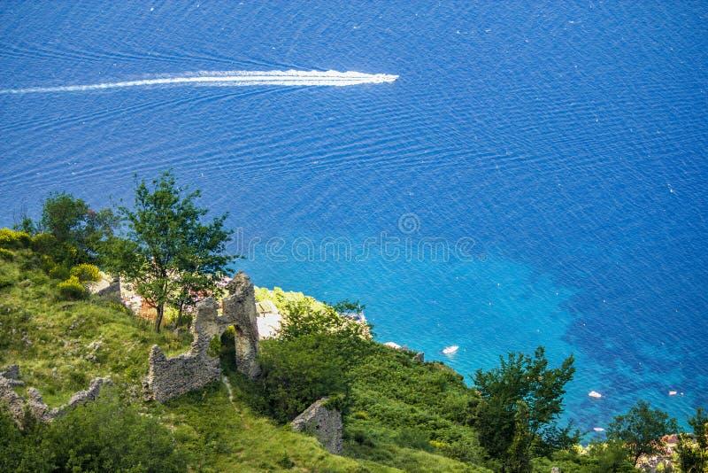 Paysage italien brouillé mais renversant sur l'esprit de l'Italie de côte d'Almafi image stock