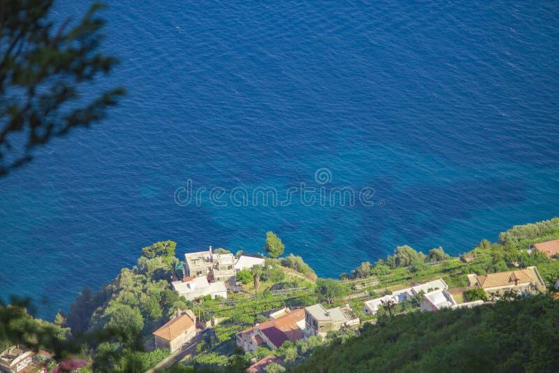 Paysage italien brouillé mais renversant sur la côte d'Almafi photographie stock