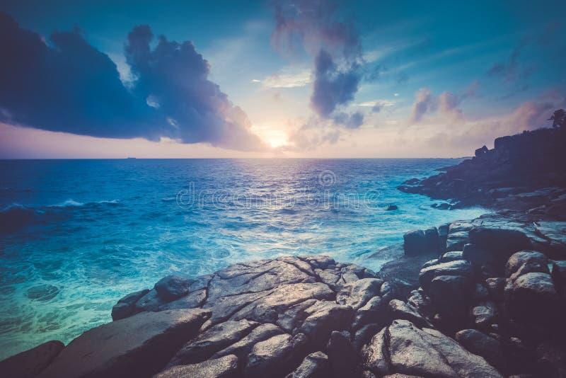 Paysage magnifique d'océan de coucher du soleil Unawatuna images stock