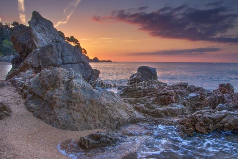 Paysage marin étonnant avec des roches et des pierres sur la plage au lever de soleil Beau ciel coloré à l'aube au-dessus de la n photo libre de droits