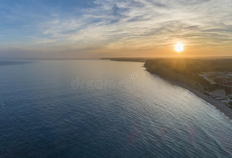 Paysage marin aérien de coucher du soleil, de Praia Porto De Mos Beach et de formations de falaise de bord de la mer le long de l images stock