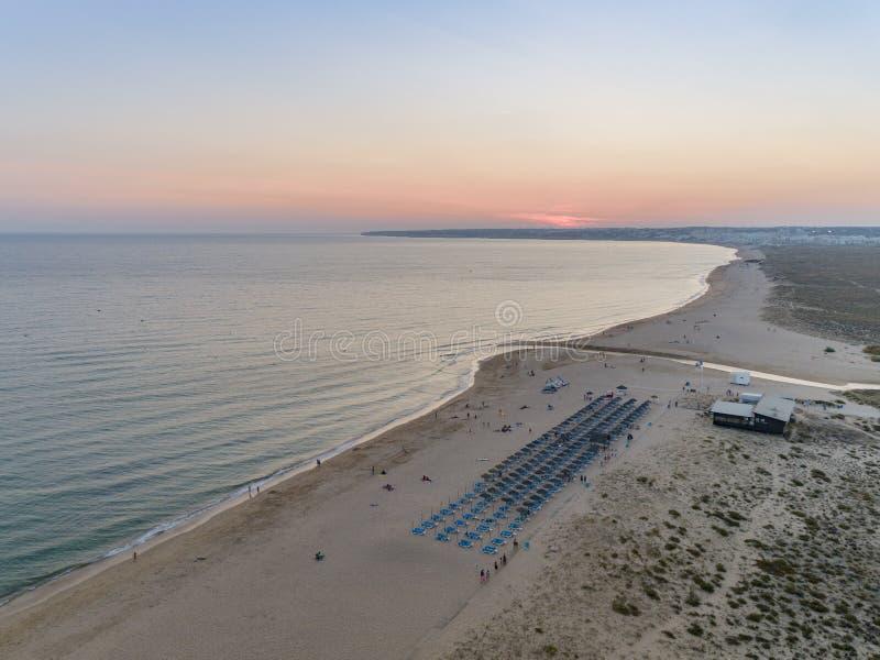 Paysage marin aérien de crépuscule de plage de Salgados dans Albufeira, Algarve photos libres de droits