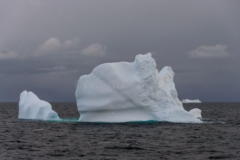 Paysage marin antarctique avec l'iceberg photo libre de droits