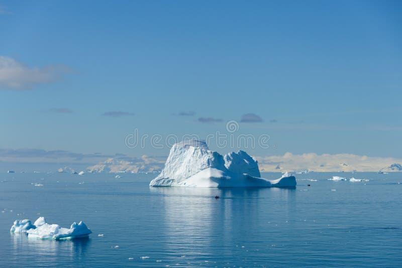 Paysage marin antarctique avec l'iceberg photos libres de droits