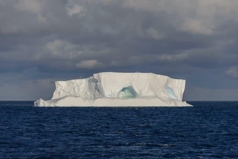 Paysage marin antarctique tabulaire avec l'iceberg image libre de droits